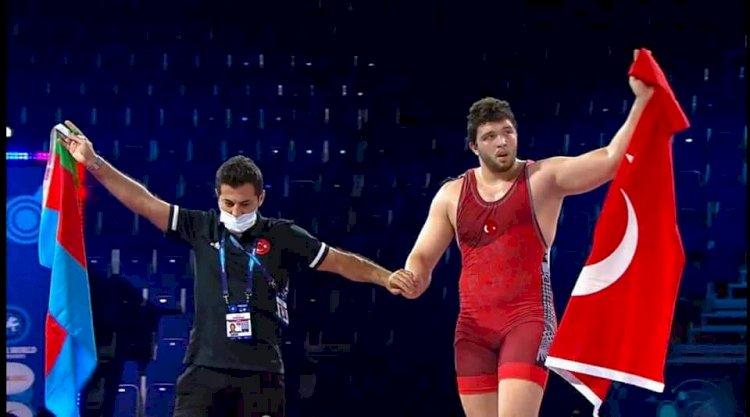 Nizip'li Muhammed Hamza Bakır Dünya Gençler Güreş Şampiyonu oldu